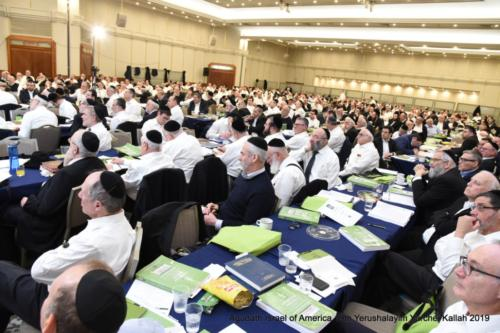 YYK_2019_Mon_Partial Crowd Listening to Shiur