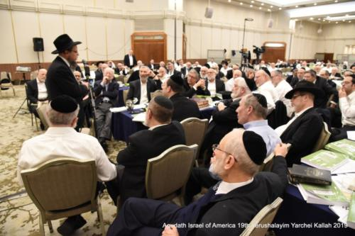 YYK_2019_Thurs_Rabbi Cynomin giving Chazara Shiur