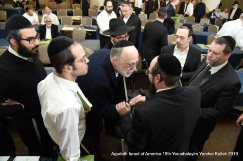 YYK_2019_Tues_HaRav_Moshe_A_Friedman_with_participants_after_shiur