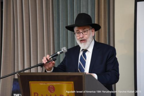 YYK_2019_Tues_Rabbi Gedaliah Weinberger, Daf Yomi Commission Chairman being mesayem Meseches Avoda Zara