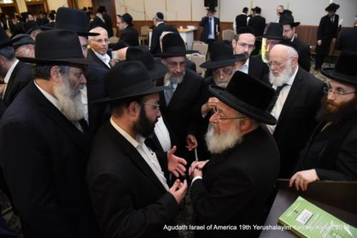 YYK_2019_Tues_Rav Asher Weiss with Participants after Shiur
